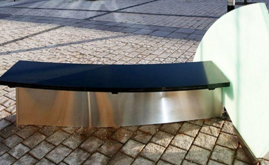 Atypická lavička z umělého kamene a skleněné desky