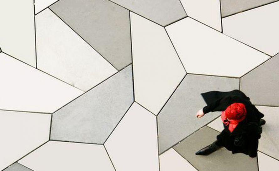 Atypické geometrické tvary na podlahu i stěny