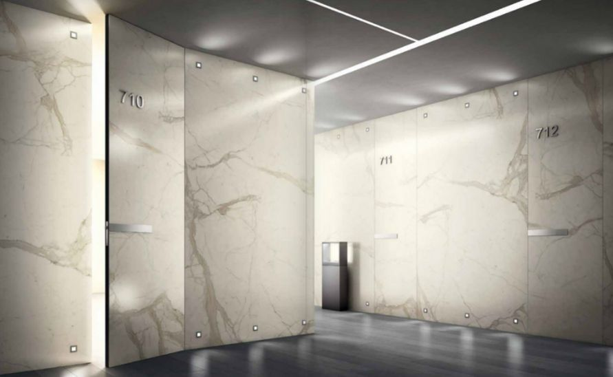 Atypické obložení stěn, skryté dveře
