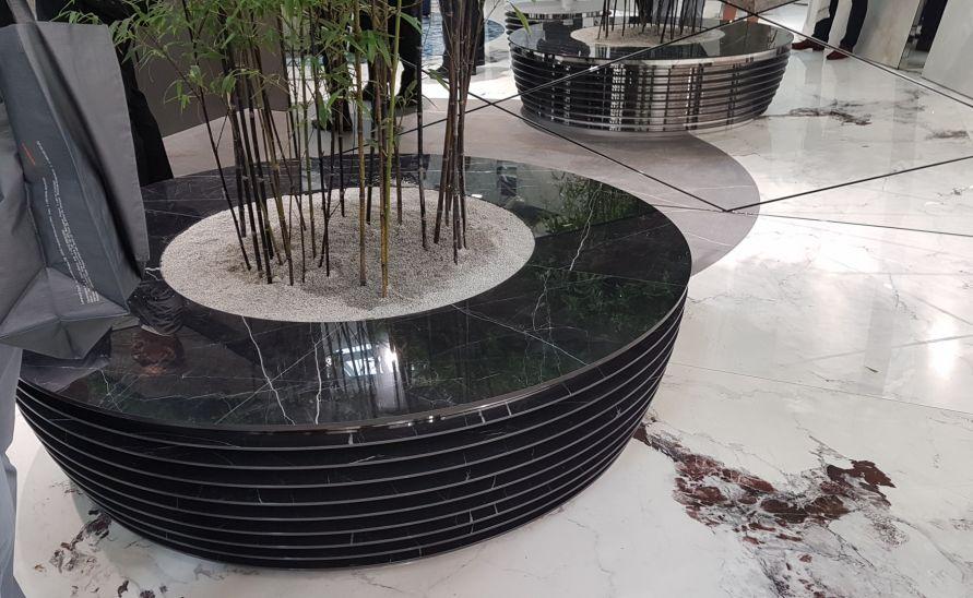 Atypický interiérový květináč z keramické dlažby