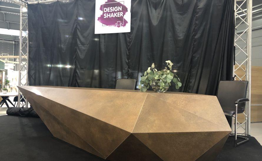 Atypický moderátorský stůl z keramické dlažby