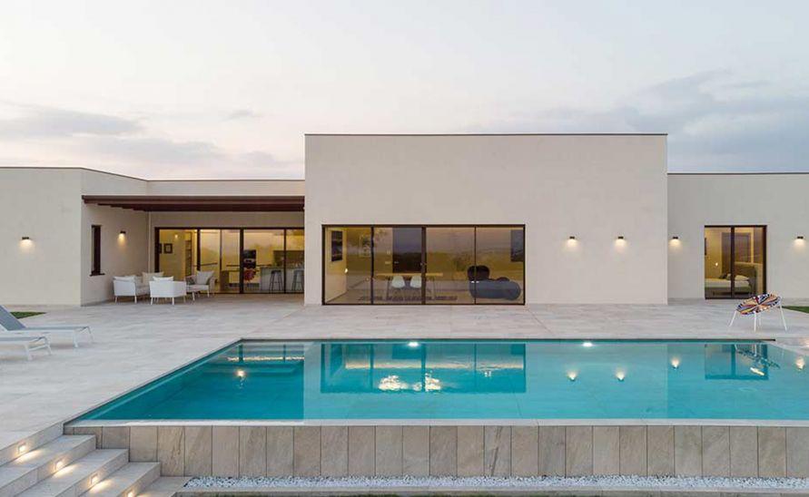 Dlažba a speciální tvarovky na míru k exteriérovému bazénu