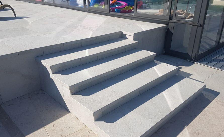 Exterirérové schodiště z keramické dlažby v hranou A1