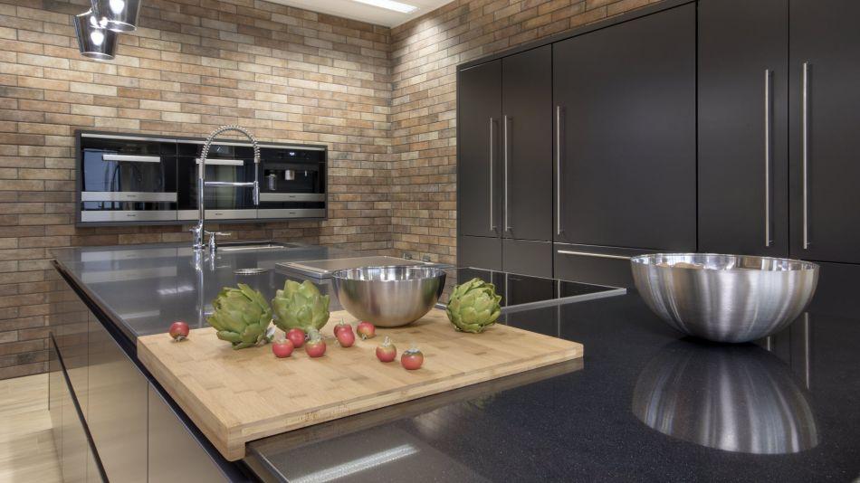 Kuchyňská deska - Technický kámen Quarella Gris Antracit v síle střepu 20 mm - rovná zaleštěná hrana s fasetami T3/A1.