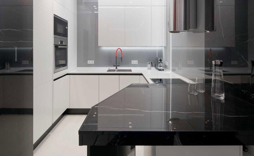 Kuchyňský obklad - Technický kámen Quarella v síle střepu 20 mm, Slinutá keramická dlažba v síle střepu 6 mm