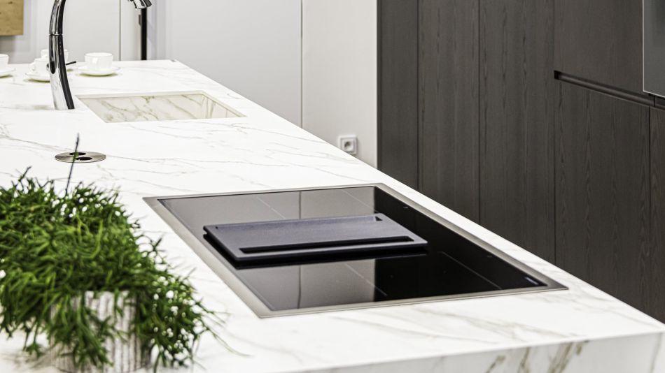 Kuchyňský pult - slinutá keramická dlažba v síle střepu 12 mm - Florim Stone - Marble Calalcatta Gold - hrana výřezu pro dřez je T3/A1.