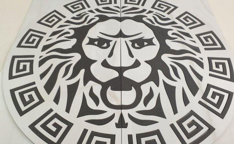 Logo z keramické dlažby - Lev na dno bazénu soukromého wellness