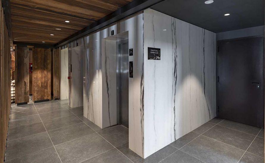 Obložení výtahových stěn velkoformátovou keramickou dlažbou