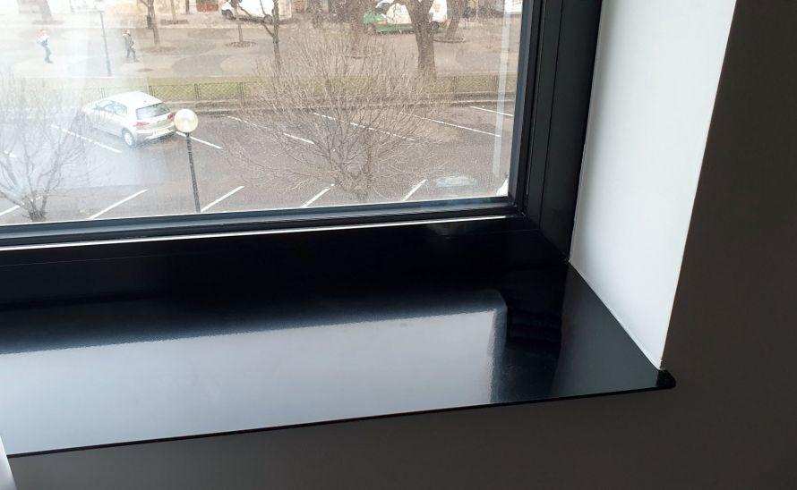 Okenní parapet z keramické slinuté dlažby v síle střepu 6 mm