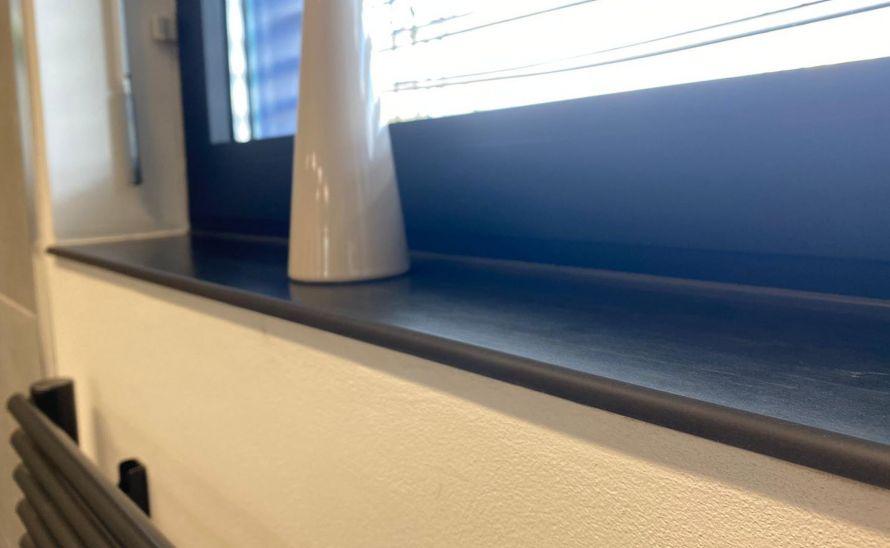 Okenní parapet z keramické slinuté dlažby v síle střepu10 mm