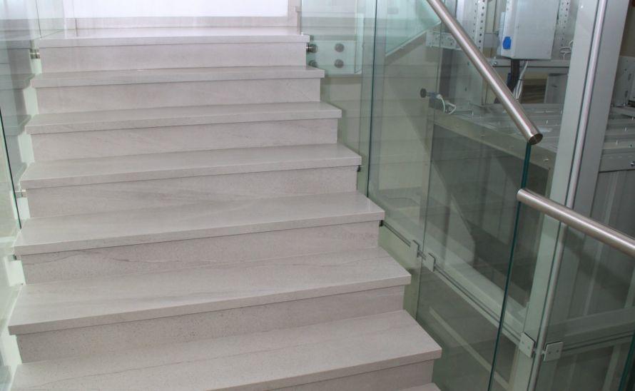 Schodiště - slinutá keramická dlažba v síle střepu 10 mm, hrana K + oboustranné angolo