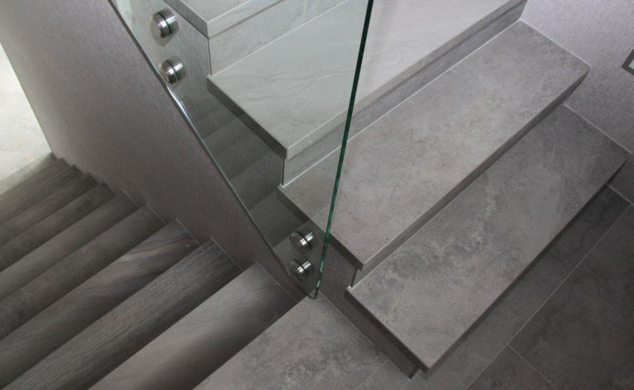 Schodiště - slinutá keramická dlažba v síle střepu 10 mm, hrana K1 + jednostranné angolo