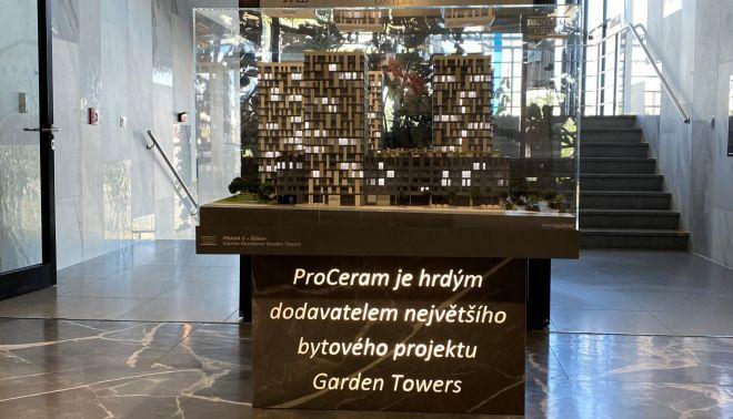 Podstavec s logem pro projekt Garden Towers