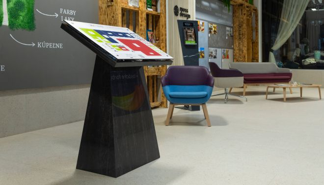 Atypický stojan pro bratislavské New Living Center