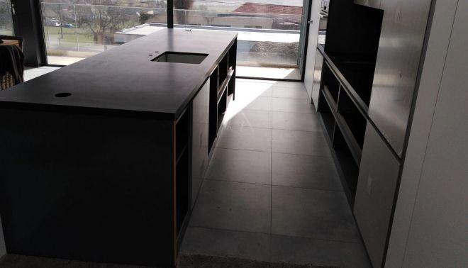 Kuchyňský ostrůvek z velkoformátové dlažby 20 mm