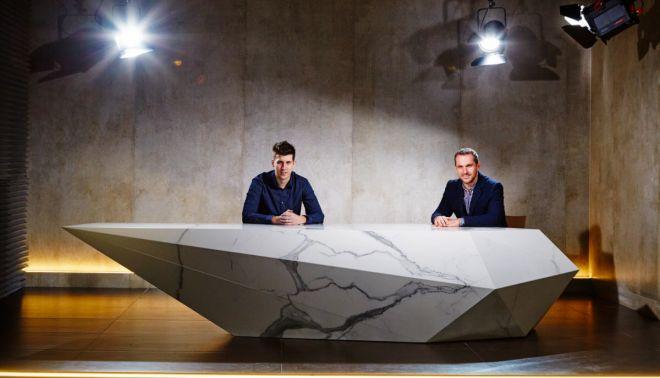 Atypický stůl pro televizní studio (TVbydleni.cz)