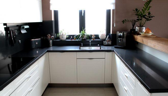 Moderní kuchyňská deska z umělého kamene (rodinný dům)