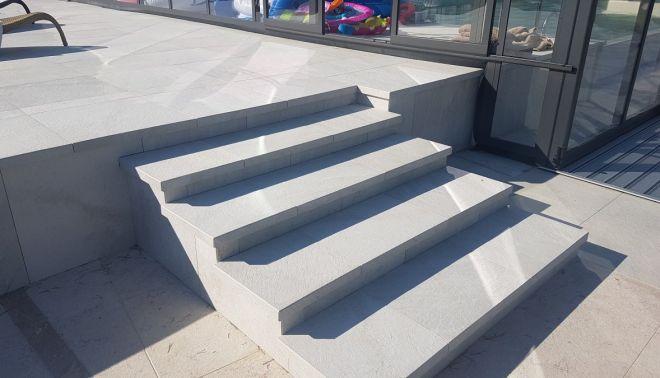 Venkovní schodiště k bazénu