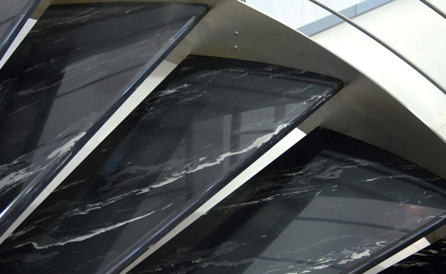 Schodiště - slinutá keramická dlažba v síle střepu 10 mm, hrana A1
