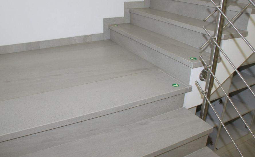 Schodiště - slinutá keramická dlažba v síle střepu 10 mm, hrana K1