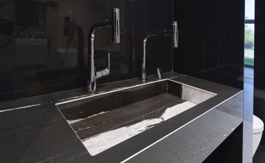 Umyvadlo Genova ze slinuté keramické dlažby - výrobce Florim - série B&W Marble v designu Flow