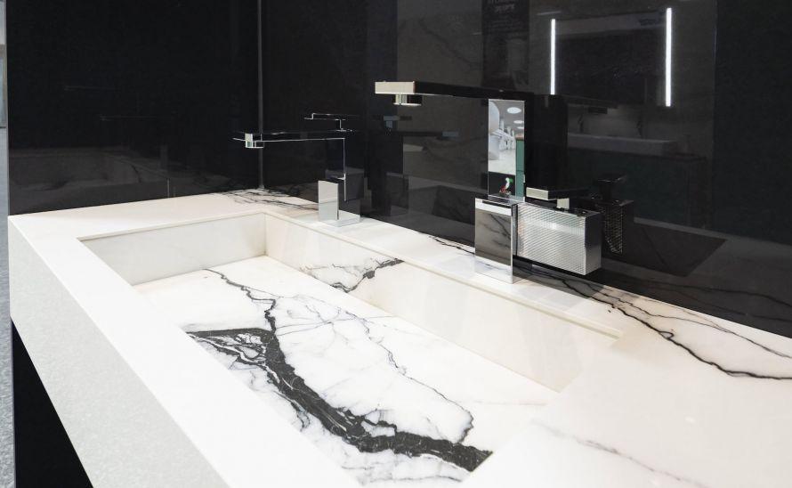 Umyvadlo Verona ze slinuté keramické dlažby - výrobce Florim - série B&W_marble v designu Breach