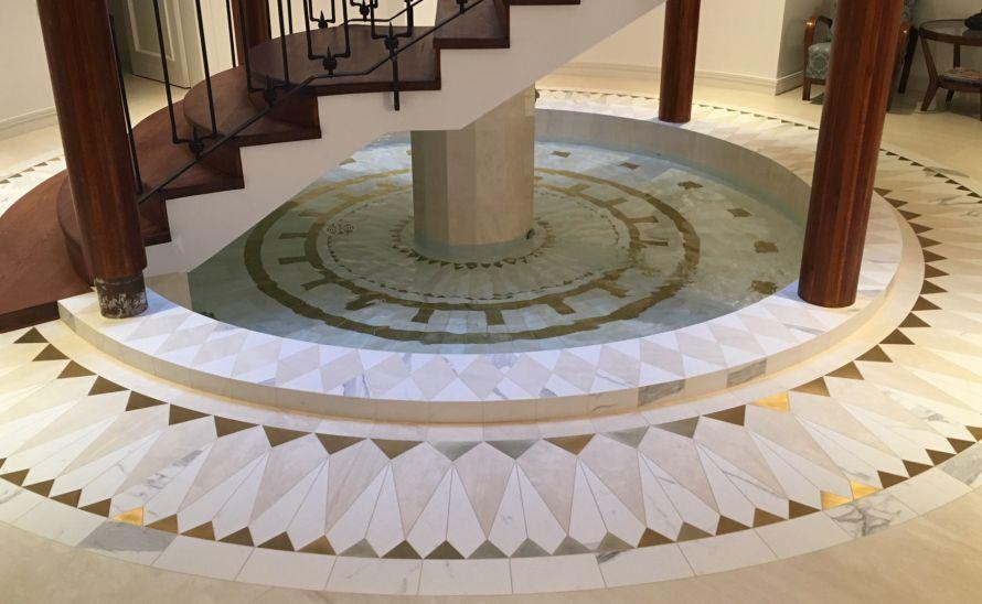 Velkoplošný dekor z keramické dlažby - rozeta